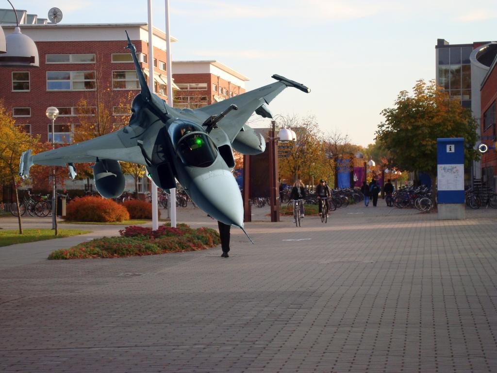 JAS Gripen uppställt på campus.