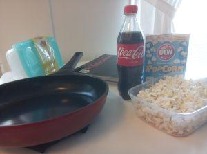 Stekpanna, kollegieblock och popcorn.