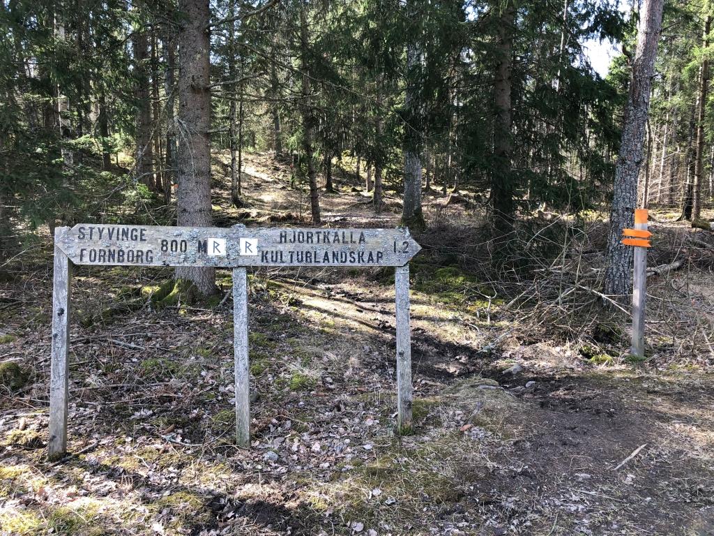 Skyltning längs med leden till Styvinge fornborg och Hjortkälla kulturlandskap.