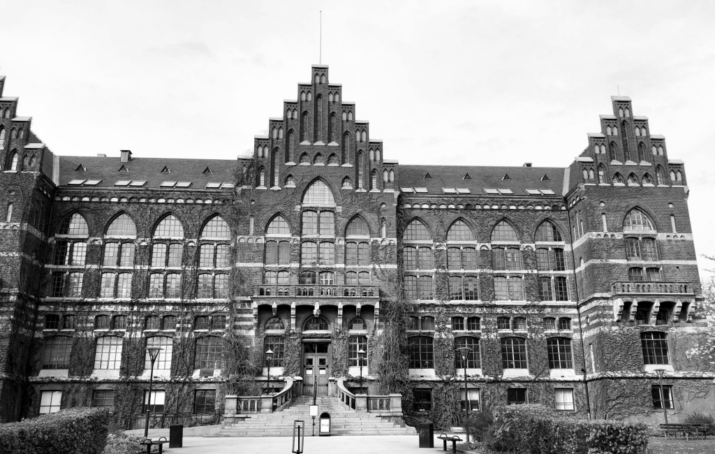 Svartvit bild på framsidan av universitetsbiblioteket i Lund