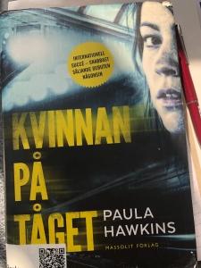 Omslaget till boken Kvinnan på tåget av Paula Hawkins