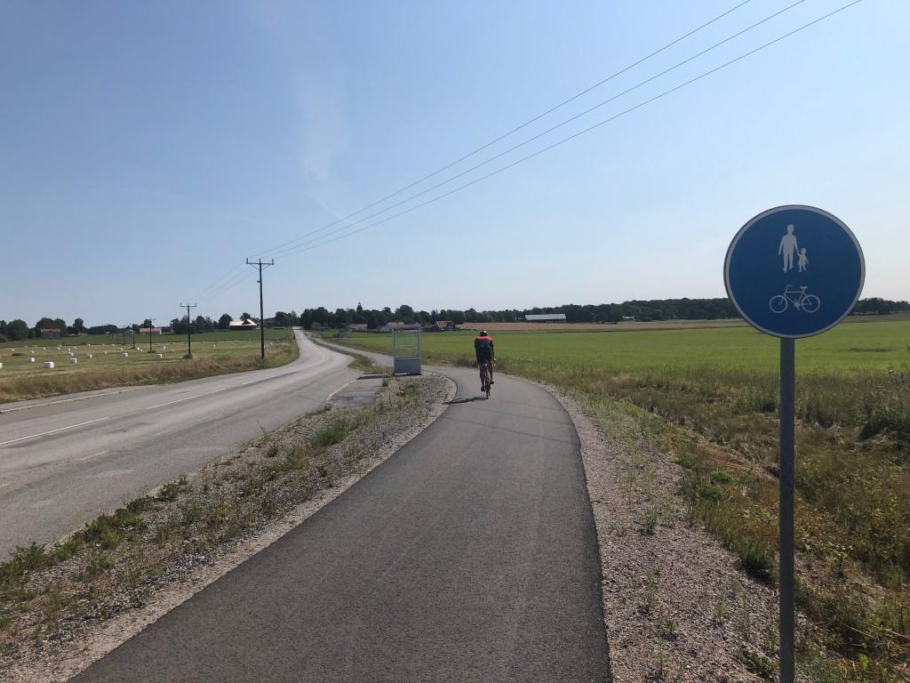 Cyklist på cykelbana på vägen till Glanshammar från Örebro.