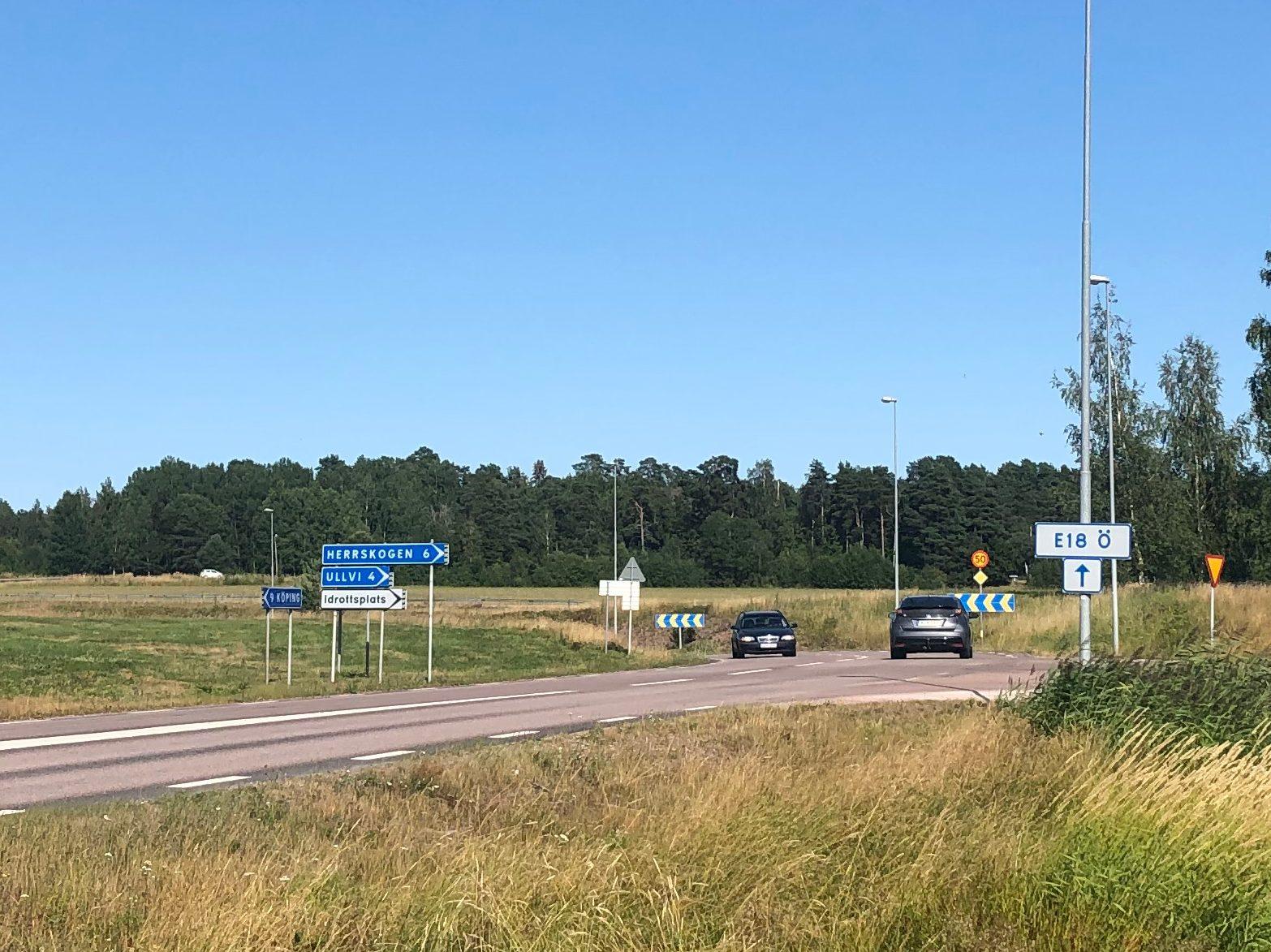 Korsningen i Munktorp med vägen mot Kolbäck och Herrskogen.