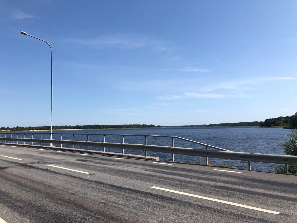 Blå himmel över sjön Freden i Borgåsund.