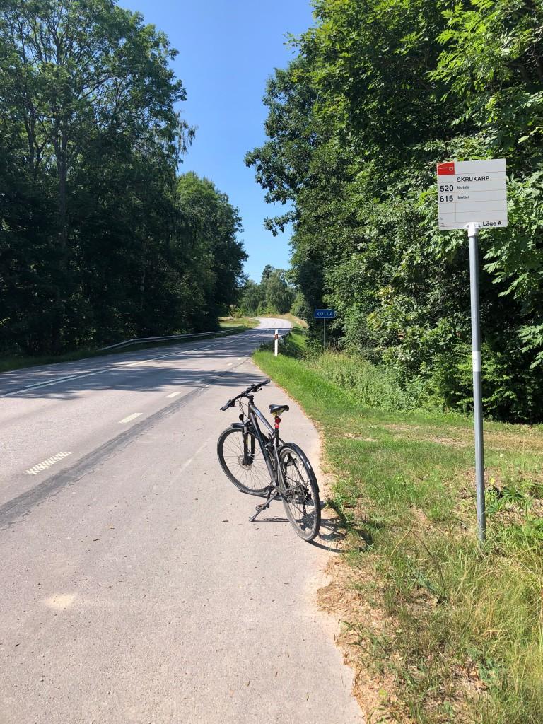 Min cykel ståendes vid en busshållplats på gamla riksväg 34.