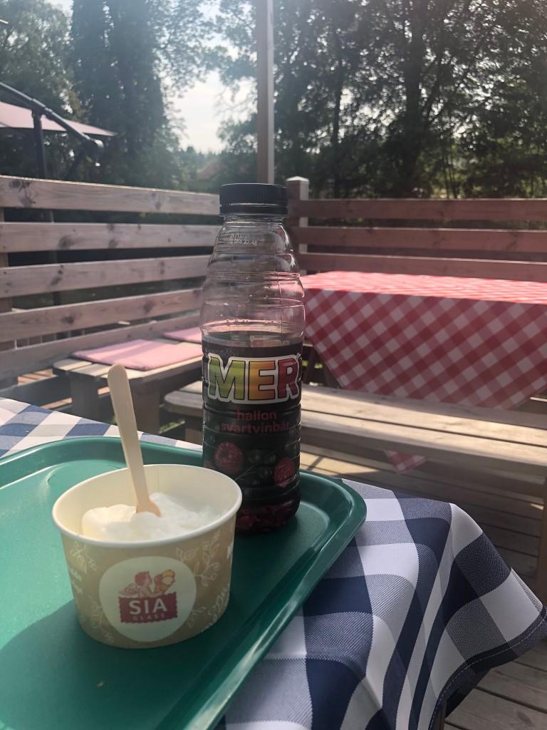 En kula citronsorbet i bägare och en mer i skuggan på uteserveringen av ett café.