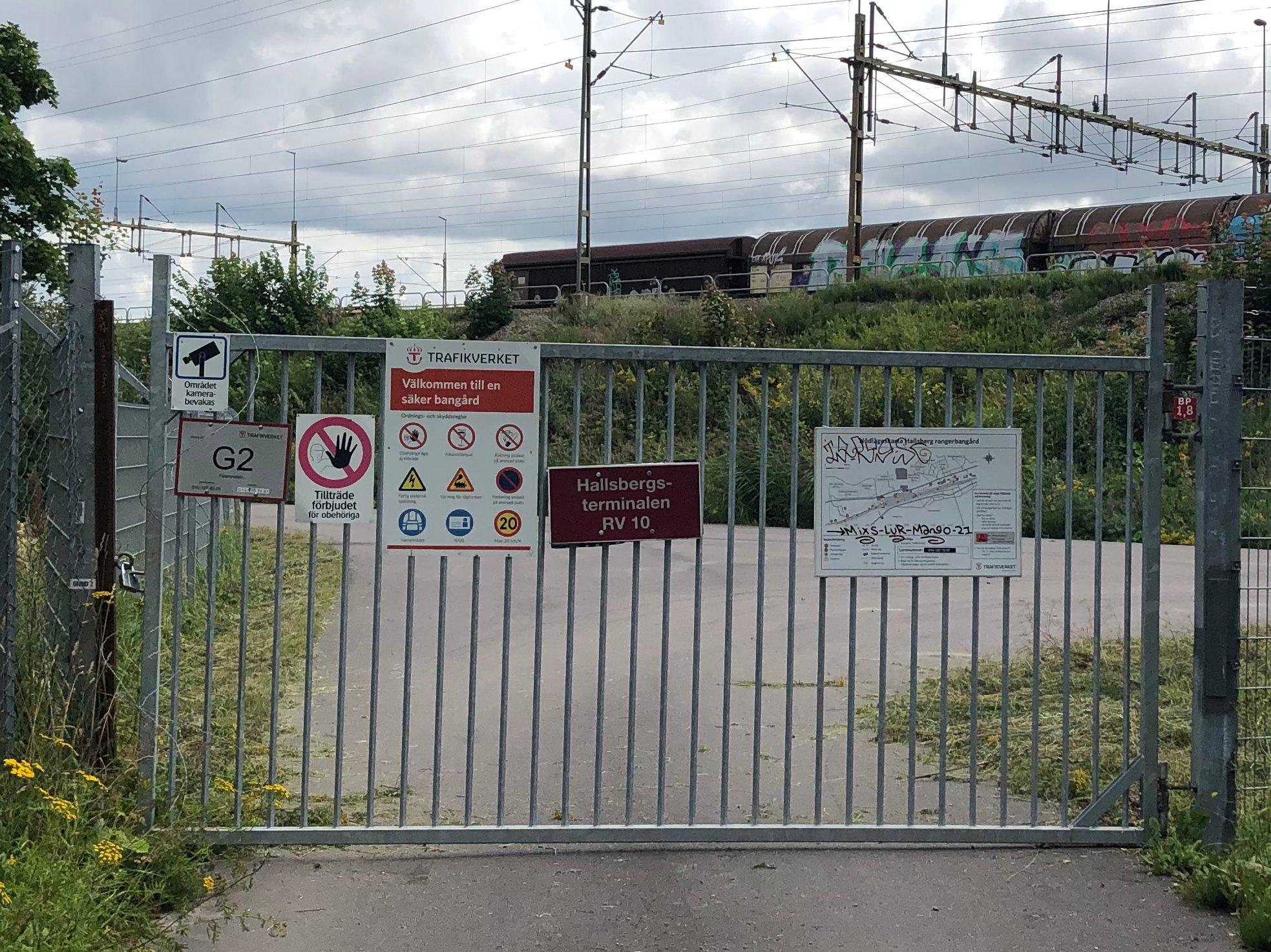 Avspärrad väg in till banområdet i Hallsberg.