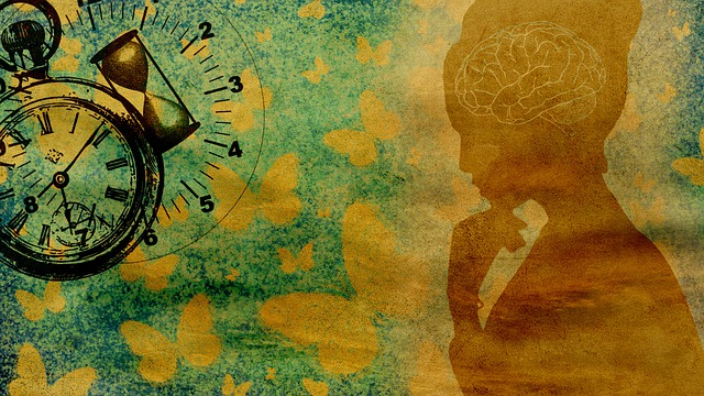 Konstverk förställandes en kvinna som syns i profil med hjärnan visualiserad inuti. Ett fickur och ett timglas syns i vänstra övre hörnet.